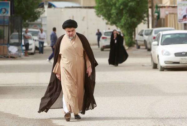 伊拉克國會大選開票已逾91%,目前什葉派教士穆克塔達.薩德爾(Muqtada al-Sadr)領導的「邁向改革者」(Marching Toward Reform)及其盟友伊拉克共產黨位居領先,預料將勝選。圖為什葉派教士、「邁向改革者」聯盟領袖穆克塔達.薩德爾。(路透)