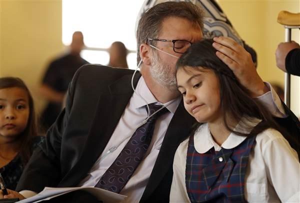 美國一名長期受癲癇所苦的12歲女孩將司法院長及緝毒署告上法院,希望促使全國大麻合法化,旨在幫助成千上萬須靠大麻接受治療的人。(圖擷自NBC)