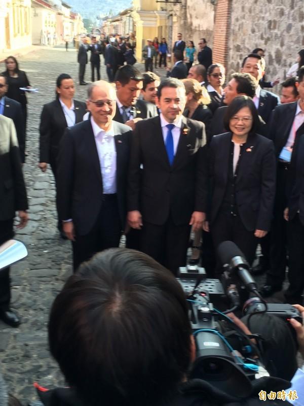 瓜國總統莫拉萊斯臨時決定陪同蔡英文總統訪古城,並充當導覽一一介紹安地瓜的特色。(記者蘇永耀攝)