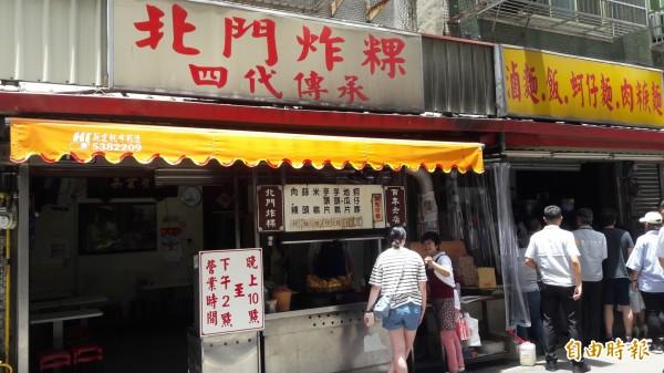 新竹市人最愛的炸物點心「北門炸粿」,第四代翁文芳傳承父執輩的好味道,油而不膩的炸粿,讓人一口接一口,且所有炸物幾乎是平民銅板價格。(記者洪美秀攝)