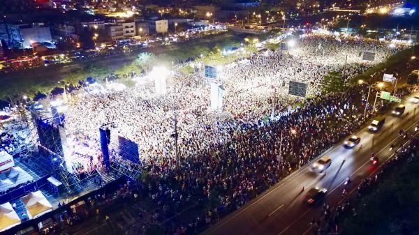 民進黨高雄市長候選人陳其邁在岡山辦團結造勢晚會,主辦單位宣稱湧入10萬人。(民進黨提供)