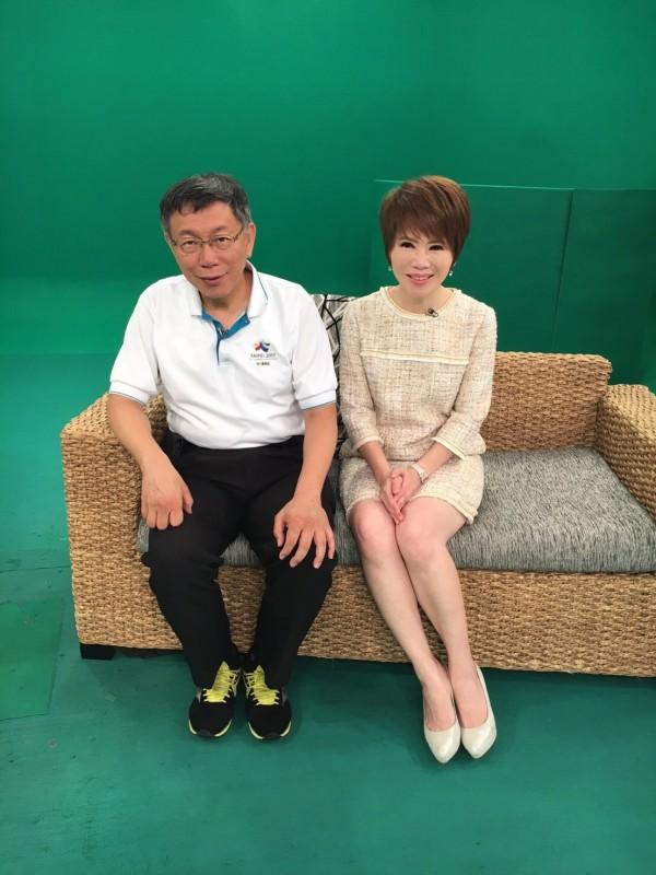 柯文哲(左)接受壹電視主播陳雅琳(右)專訪。(壹電視提供)