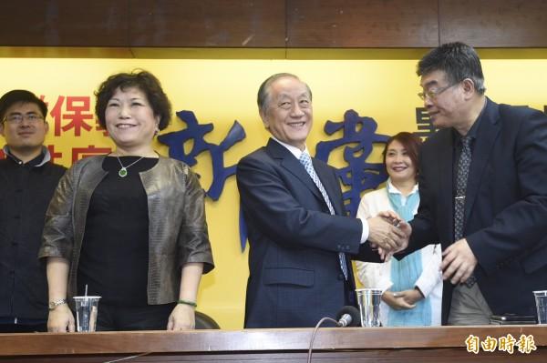 新黨公布不分區名單,警察大學前教授葉毓蘭(左)名列第一名,前立委邱毅(右)名列第二。(記者叢昌瑾攝)