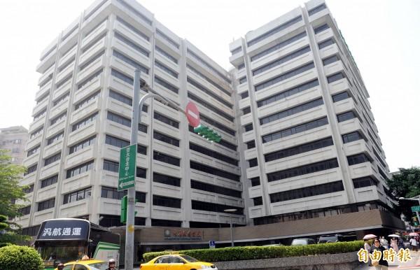 任職台北長庚醫院的「百大良醫」顏大欽在醫院內行走時,突被徵信業者持棍攻擊。(資料照,記者張嘉明攝)