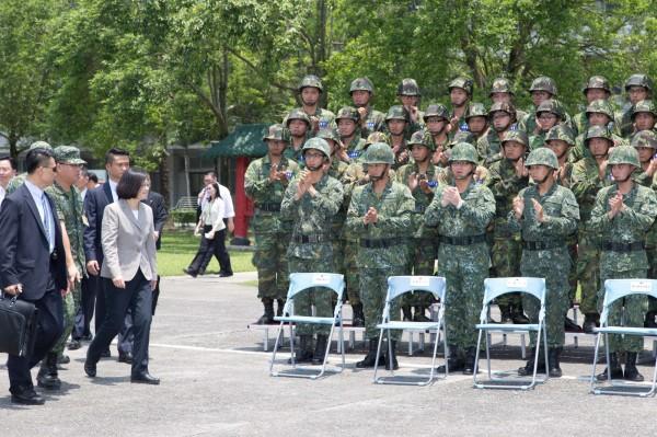 視察陸軍 蔡英文:光油漆、除草不會讓國軍更好