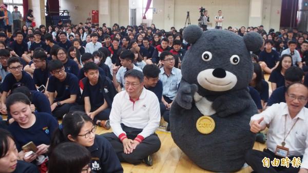 台北市長柯文哲赴萬芳高中演講,受到學生熱烈歡迎。(記者蔡亞樺攝)