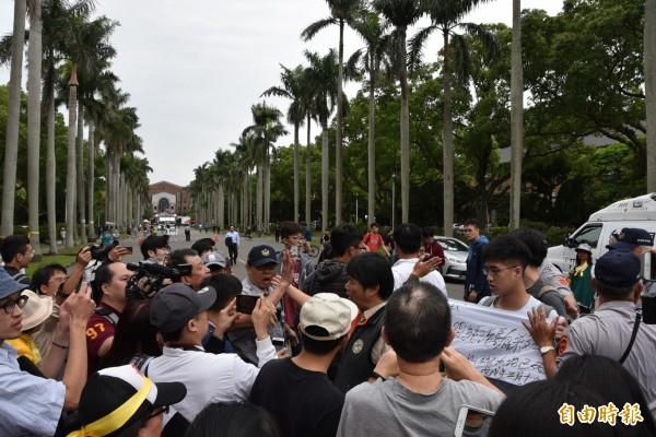 台大校內部分學生到挺管活動現場,表達反對管中閔的訴求,卻遭到驅離。(資料照)
