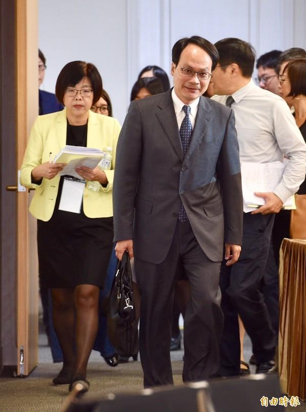 不當黨產處理委員會主委林峯正(中)、副主委施錦芳(左)出席會議。(記者羅沛德攝)
