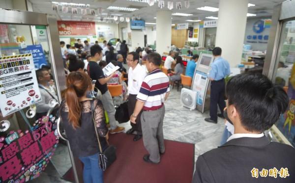 中華電信申辦499專案最後一天,今天一早門市湧入申辦人潮。(記者方賓照攝)
