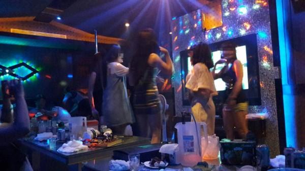 越南妹隨著音樂起舞,帶動現場氣氛。(民眾提供)