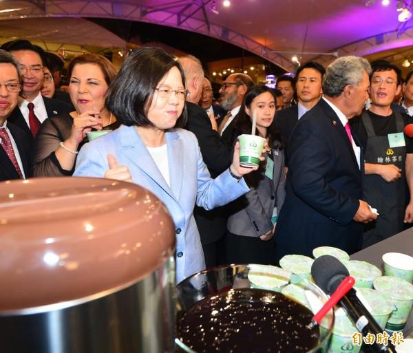 總統蔡英文(圖中)陪同吐瓦魯總理索本嘉(右2)等外賓參加106年國慶酒會,並品嚐台灣夜市美食。(記者王藝菘攝)
