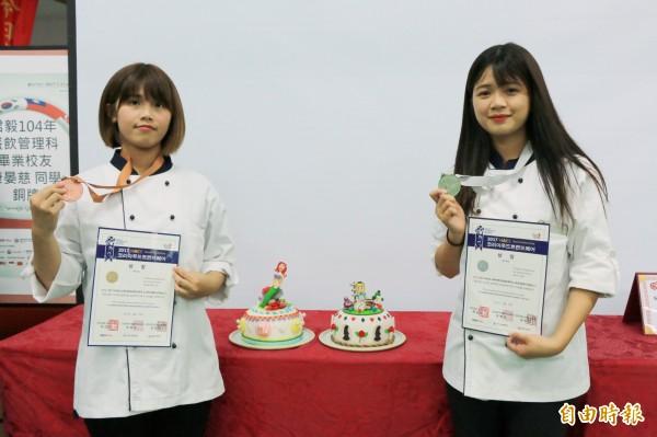 遠東科大學生林憶伶(右)、康晏慈(左)分別以「愛麗絲夢遊仙境」及「海底世界」為主題雕琢細緻翻糖蛋糕,於國際餐飲賽分別拿下銀牌及銅牌。(記者鄭名翔攝)