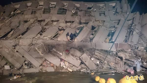台南永大路二段大樓倒塌,消防救難人員已趕抵現場救援。(記者楊金城攝)