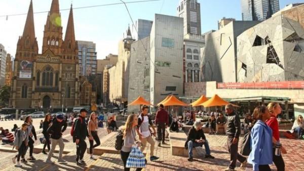 今日稍早澳洲警方逮捕6男1女,成功阻止可能發生的耶誕節恐攻。圖為人潮眾多的聯邦廣場。(圖擷取自BBC)