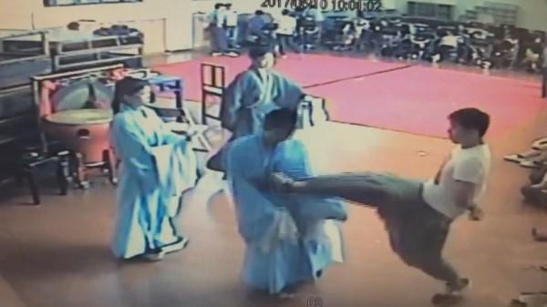 客家戲專技講師李菄峻在排練時,連續出腳踹飛女學生。(圖擷自影片)