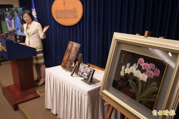 蔡英文總統將在4月17日至21日率團訪問史瓦濟蘭,預定在台灣時間18日凌晨舉行兩國元首雙邊會談,圖為總統府昨天公布伴手禮情形。(資料照)