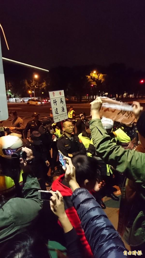 警方舉牌警告,抗議者在半小時自行宣布解散。(記者王冠仁攝)