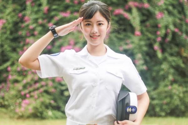 海軍行政一兵女兵黃靜昀,因亮麗外型登上內部忠義報「亮眼之星」專欄。(圖擷自臉書)