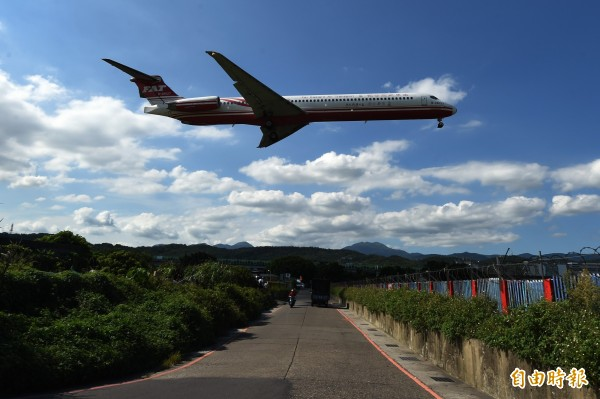 民航局日前公告,「松山機場10跑道端北側跑道地帶、安全區及燈光用地取得」徵收土地計畫已完成,將於11月開工,並在2019年6月完工。(資料照)