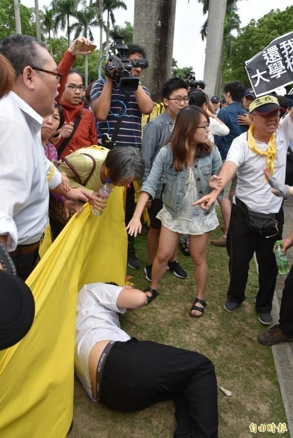 反管的台大潘姓學生遭推倒。(資料照)