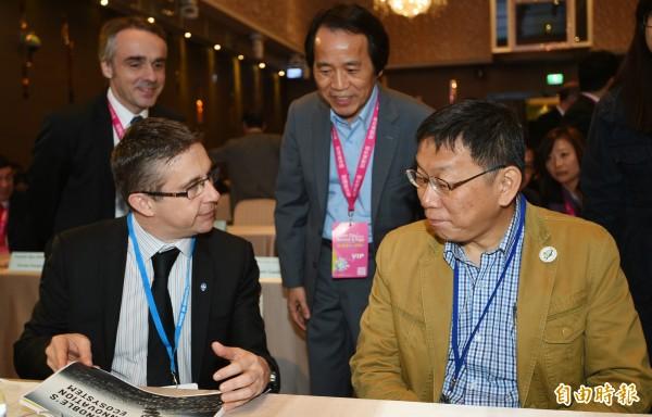 台北市長柯文哲(右)與副市長林欽榮(中)22日出席智慧城市首長高峰會開幕,和各國城市市長一同交流。(記者張嘉明攝)