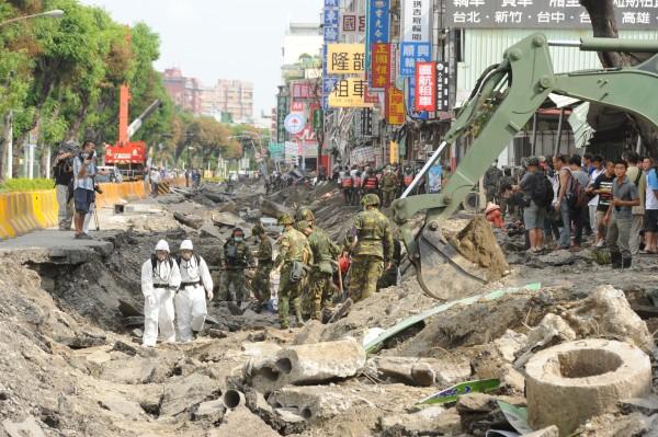高雄氣爆現場仍在持續搜救中,海外華人也發動捐款協助災區重建。(記者張忠義攝)