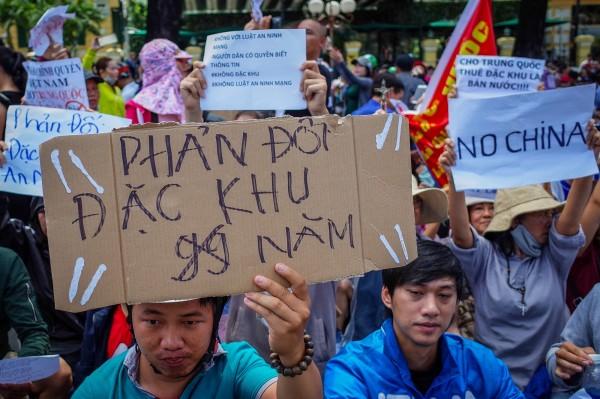 越南昨(10)日爆發反中示威,有民眾高舉NO CHINA的標語。(歐新社)