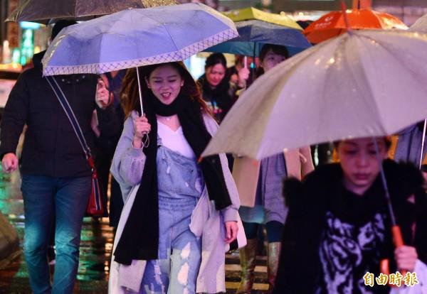今晚到明日低溫下探9至10度,雨勢雖在今晚稍微減緩,但明日中午以前,各地仍有降雨的機率。(資料照,記者王藝菘攝)