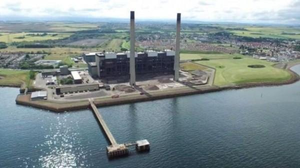 Cockenzie燃煤發電廠爆破拆除後,未來同個地點將興建另一座聯合循環熱力發電廠。(圖截自Airborne Lens)