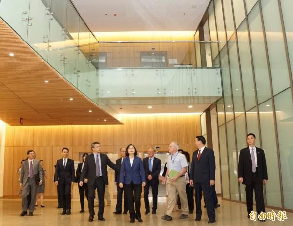 總統蔡英文率隊參觀美國在台協會(AIT)內湖新館。(擷取自蔡英文臉書)