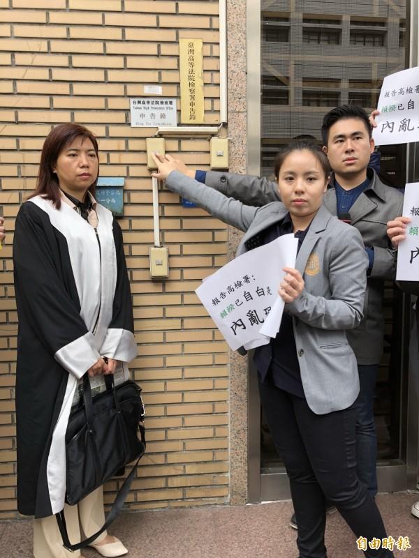 新黨青年軍王炳忠(右一)等人,赴高檢署按鈴告發行政院長賴清德涉刑法內亂罪。(記者錢利忠攝)