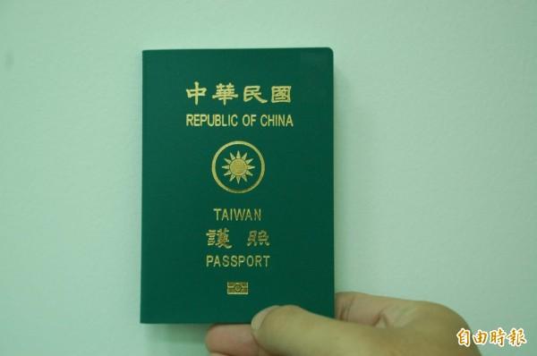 有網友指出,我國護照上的「國徽」並不是真正的國徽,因為《國徽國旗法》規定,國徽是「圓形、青白色」。(資料照,記者李立法攝)