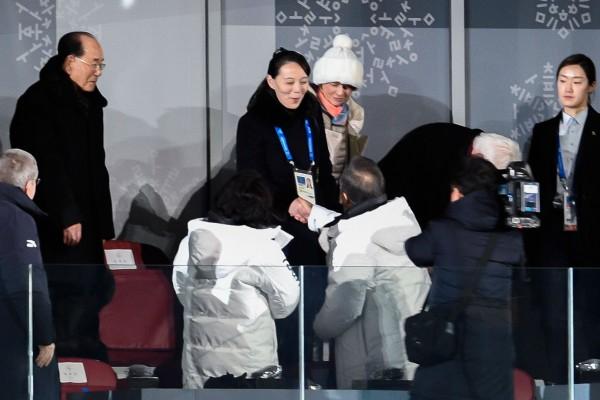北韓金氏王朝成員首度踏上南韓土地,金正恩胞妹金與正,與南韓總統文在寅破天荒握手,留下歷史畫面。(法新社)