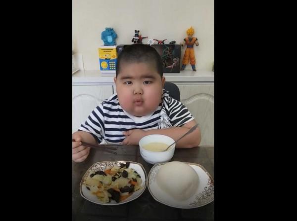 中国1名男童因为身染肾病,为治病耗尽父母的积蓄,去年他在网路直播引来关注,更因此赚取了许多医药费。(翻摄自网路)