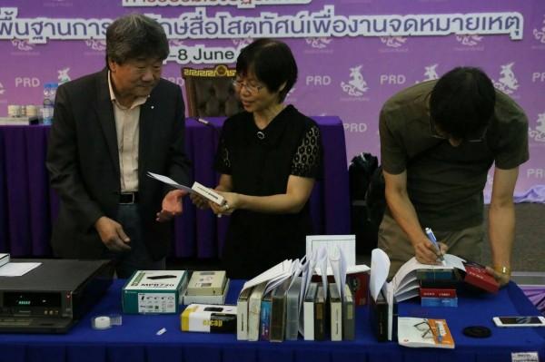 井迎瑞(左)與 Kannika Chivapakdee 館長檢視當天維護好的 VHS 錄影帶。(圖南藝大提供)
