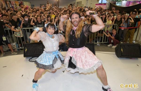 由「鬍鬚女」(右)與最萌健康美少女才木玲佳(左)組成的日本偶像團體「DEADLIFT LOLITA」,13日來台展現女僕蕾絲與肌肉的「反差萌」,炒熱漫畫博覽會現場氣氛。(記者張嘉明攝)