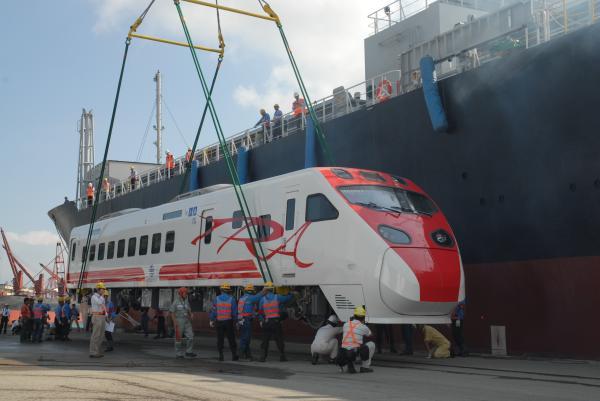 台鐵普悠瑪號列車。(記者曾鴻儒攝)