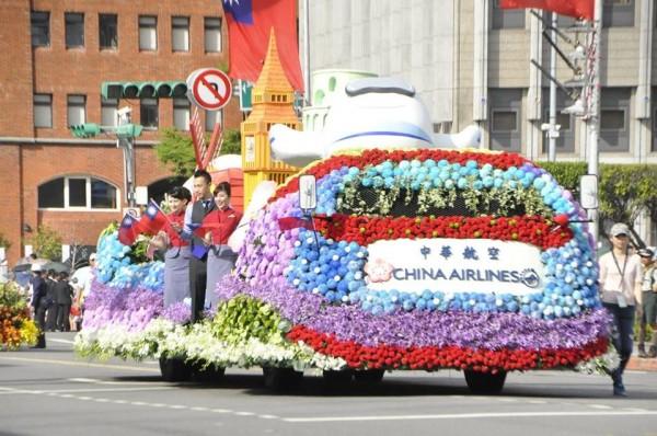 今日國慶花車大遊行中,華航花車獲得網友一致讚賞。(圖擷取自中華民國讚國慶臉書)