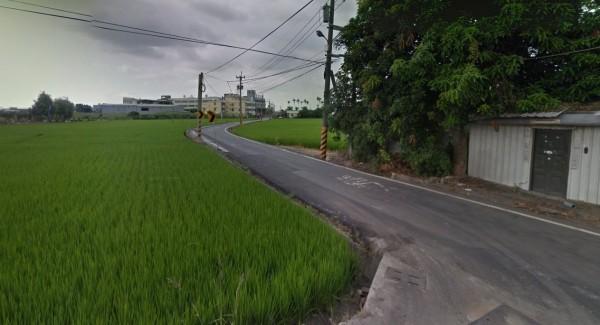 台中市霧峰區柳豐路今凌晨發生一起死亡車禍,一名男大生行經彎道後,疑似失控撞上電線桿,連人帶車摔進水田中,當場死亡。(圖擷取自Google街景)