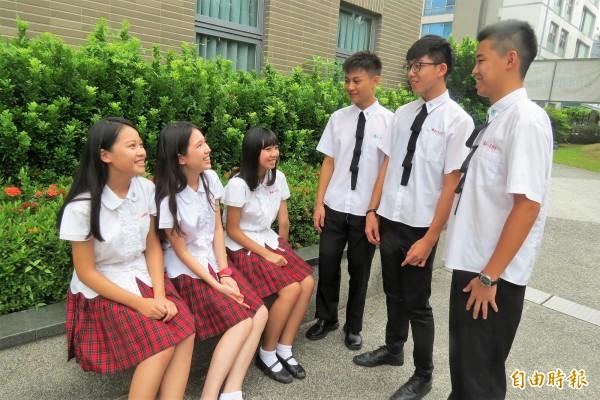 女生紅格短裙超吸睛,經常被校外人士詢問唸那所學校。(記者蘇孟娟攝)