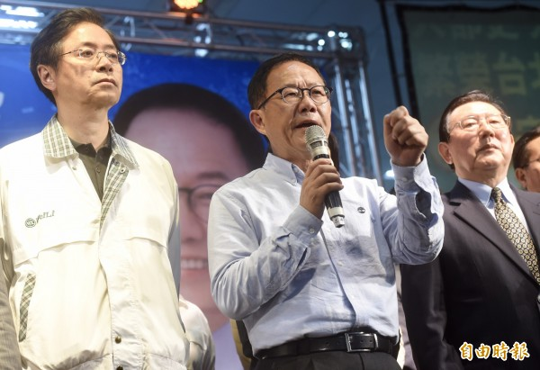 丁守中質疑,中選會和台北市選委會疑似刻意放水操作棄保的選舉,這是台灣民主面臨的重大危機,將連夜請求法院封存所有選票。(記者簡榮豐攝)