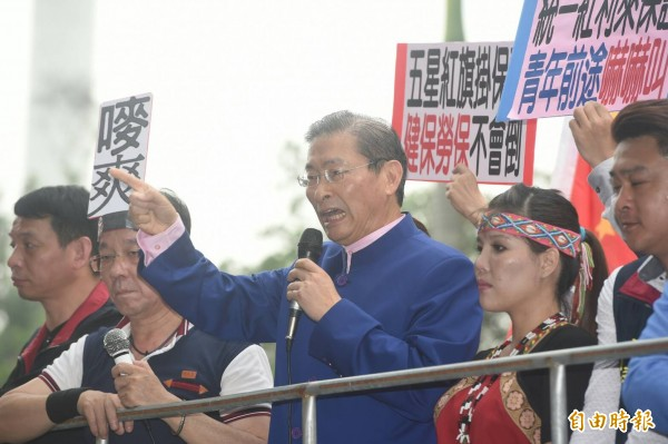 中華統一促進黨主席張安樂率領群眾到立法院外抗議年改,群眾揚言發起斬首行動。(記者廖振輝攝)
