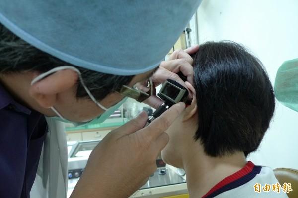 許多人都會使用棉花棒掏耳朵,但最近有美國耳鼻喉科醫師指出,因使用棉花棒掏耳朵,造成耳膜穿刺的比例居高不下。(資料照)