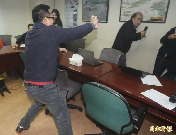 自由台灣黨主席蔡丁貴遭闖入人士噴灑生髮劑,來不及閃避。(記者廖振輝攝)