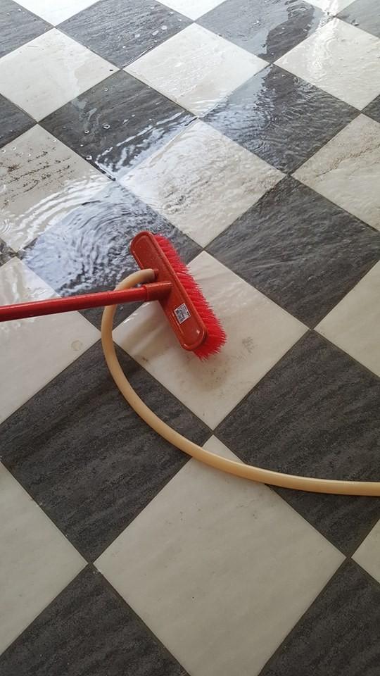 洗地刷上的「特殊小洞」,真正用途是拿來插水管。(圖擷自臉書「爆廢公社」)