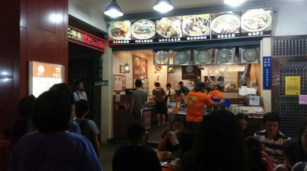 住在台灣的外國記者Leslie Nguyen-Okwu探訪了寧夏夜市「里長伯」臭豆腐攤。(圖擷自寧夏夜市-里長伯臉書)