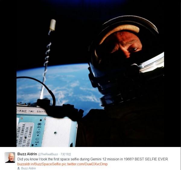 艾德林在1966年執行任務時,在太空中拍下的史上第一張自拍照。(圖擷取推特)