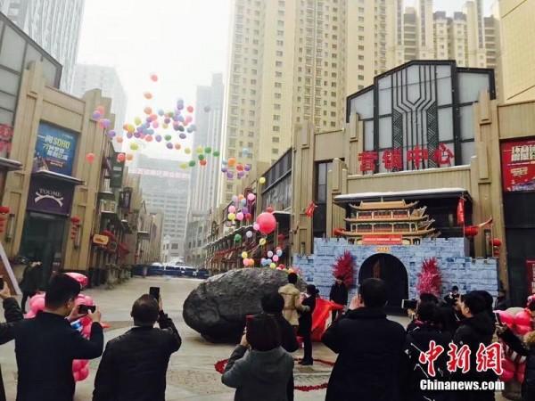 在市民的見證下,劉飛求婚成功。(圖擷取自中新網)
