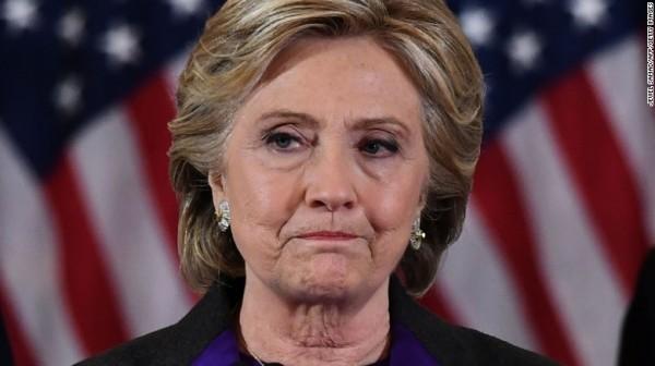 新書內容除了坦承自己負起敗選責任,她更指責,歐巴馬、黨內對手、前聯邦調查局局長柯米(James Comey)、選民,甚至指謫選輸之因是性別歧視,就連選舉制度本身也不放過。(圖擷自BBC)