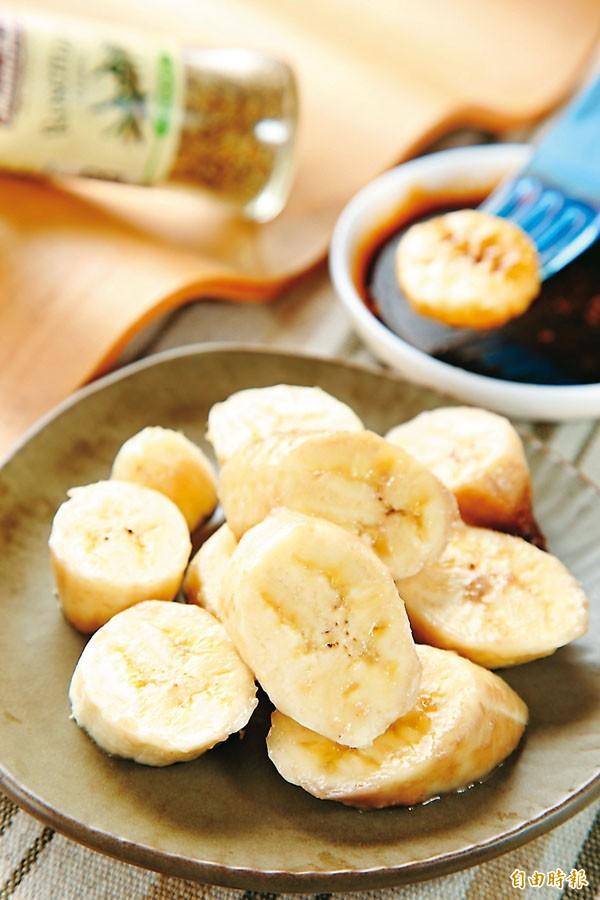 賴清德指出,生香蕉能夠帶皮丟下沸水裡煮,起鍋後可搭配醬油、大蒜,養生又美味。(資料照)